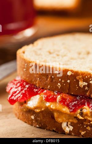 Hausgemachte Erdnussbutter und Marmelade Sandwich auf Vollkornbrot - Stockfoto