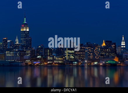 Die Skyline von New York City während der blauen Stunde nach Sonnenuntergang. Das Empire State Building. - Stockfoto