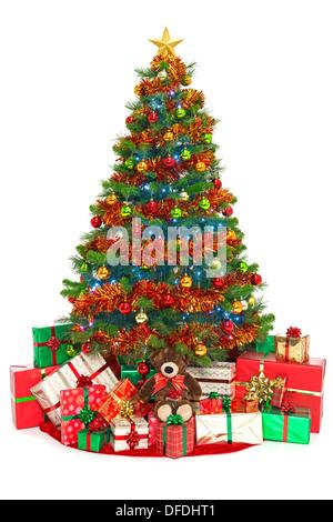 Weihnachtsbaum, isoliert auf weiss mit Geschenk verpackt Geschenke unter - Stockfoto