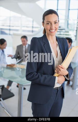 Porträt von lächelnden Geschäftsfrau in treffen - Stockfoto