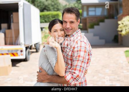 Porträt des Lächelns paar vor neuen Haus - Stockfoto