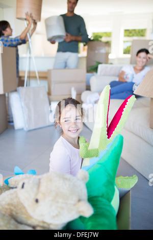 Mädchen spielen mit ausgestopften Tieren im neuen Haus - Stockfoto
