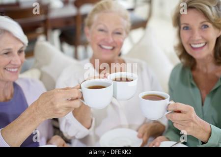 Frauen in Führungspositionen Toasten Kaffeetassen - Stockfoto