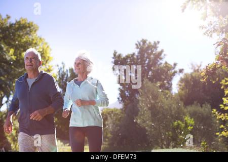 Senior Paar, dass in Park - Stockfoto