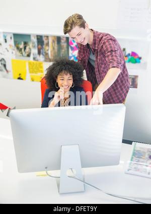 Geschäftsleute, die am Computer im Büro - Stockfoto