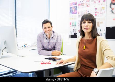 Porträt des Lächelns Geschäftsleute im Büro - Stockfoto