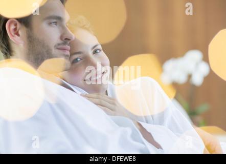 Paar umarmt im Bademantel - Stockfoto