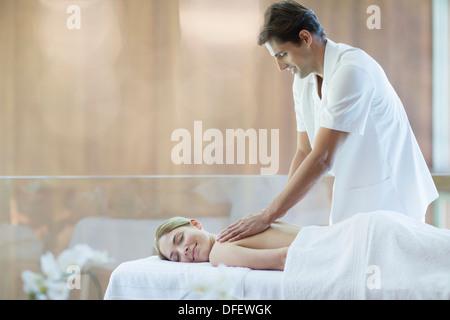 Frau empfangende Massage im spa - Stockfoto