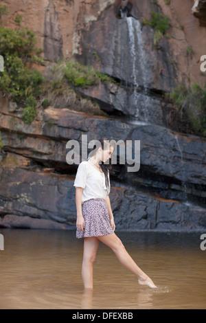 Frau waten im pool - Stockfoto