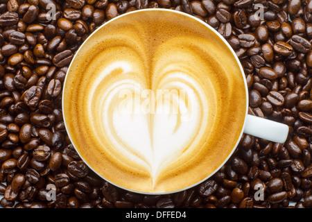 Latte Art, Coffee in Kaffeebohnen Hintergrund