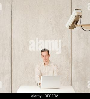 Konzeptbild von Privatsphäre und Computer Internetüberwachung, Man beobachtet - Stockfoto