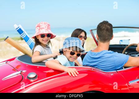 Familie im Cabrio am Strand Reiten - Stockfoto