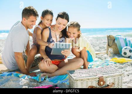 Familie mit Hilfe von digital-Tablette am Strand - Stockfoto