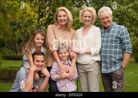 Porträt des mehr-Generationen-Familie lächelnd im freien - Stockfoto