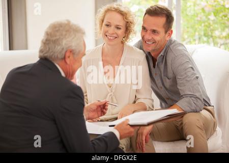 Finanzberater im Gespräch mit Kunden - Stockfoto
