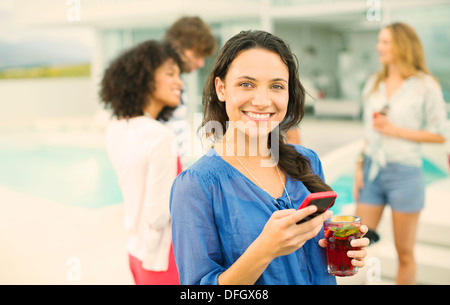 Frau mit Handy auf party - Stockfoto