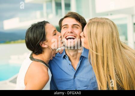Frauen im freien Mannes Wange küssen - Stockfoto