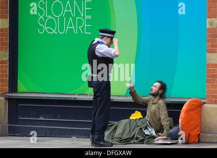 Obdachlosigkeit in UK, Sloane Square, London, England, UK 4. Oktober 2013.  Bild zeigt einen Mann auf der Straße - Stockfoto