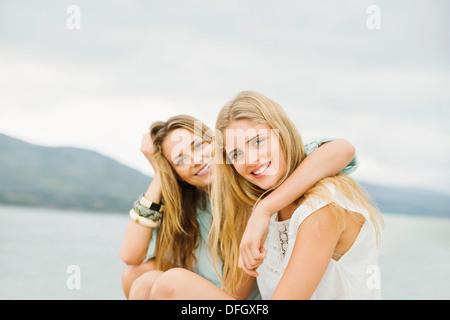 Porträt von lächelnden Frauen im freien - Stockfoto