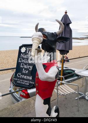 Eis-Werbung am Meer bei Lyme Regis Dorset England UK - Stockfoto