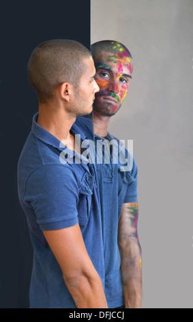 Kontrast der Gegensätze in der gleichen Person außerhalb er ist ruhig und normal, in den Spiegel ist er wild, unberechenbar - Stockfoto