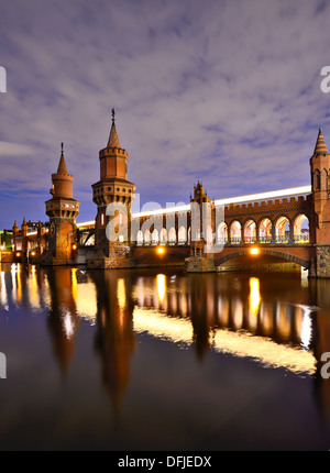 Oberbaumbrücke über die Spree in Berlin, Deutschland. - Stockfoto
