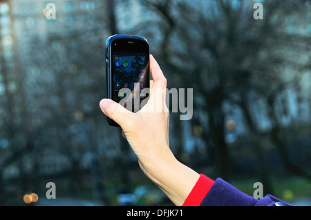 Junge Frau mit Smartphone im Central Park, New York City, USA - Stockfoto