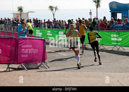 Bournemouth, UK 6. Oktober 2013. Bournemouth Marathon Festival - Bournemouth das erste jemals Marathon mit rund - Stockfoto