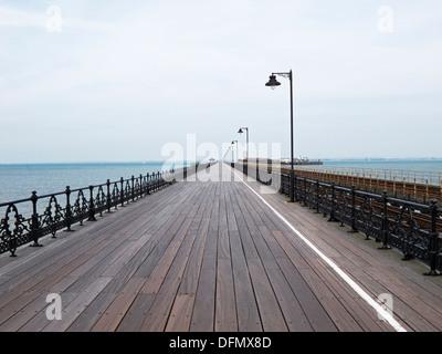 Isle Of Wight Ryde Pier, die offen für Fußgänger, Autos und ein Zug und beinhaltet ein Fährterminal am Ende - Stockfoto