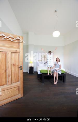 Mutter und Tochter auf einem Hotelbett, Fincken, Mecklenburg-Western Pomerania, Deutschland - Stockfoto