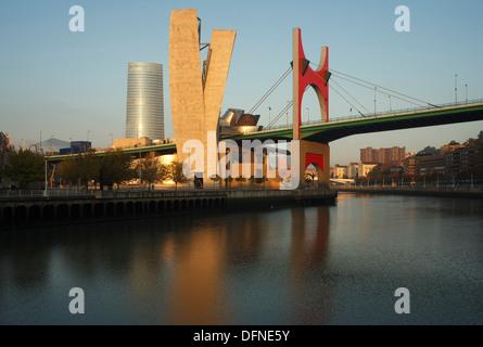 Hochhaus Torre Iberdrola und Guggenheim-Museum für moderne und zeitgenössische Kunst mit Brücke Puente De La Salve - Stockfoto