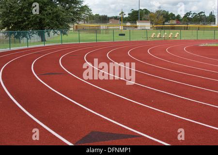 Die Bahnen-Kurve in die sofort in dieses Bild von einem lokalen Laufstrecke. - Stockfoto