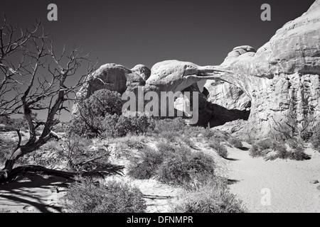 Dieses schwarz / weiße Bild zeigt eine doppelte Bögen im Arches National Park in Utah. - Stockfoto
