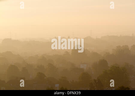 Wimbledon, London, UK. 8. Oktober 2013.  Herbst Sonnenaufgang Szene im Südwesten London Credit: Amer Ghazzal/Alamy - Stockfoto