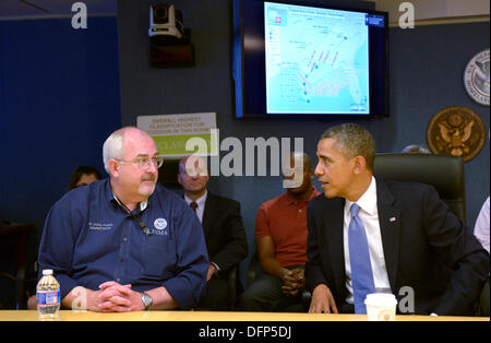 Washington, DC, USA. 7. Oktober 2013. United States President Barack Obama (R) spricht mit FEMA Administrator Craig - Stockfoto
