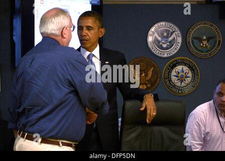 Washington, DC, USA. 7. Oktober 2013. US-Präsident Barack Obama schüttelt die Hand und spricht mit FEMA Administrator - Stockfoto