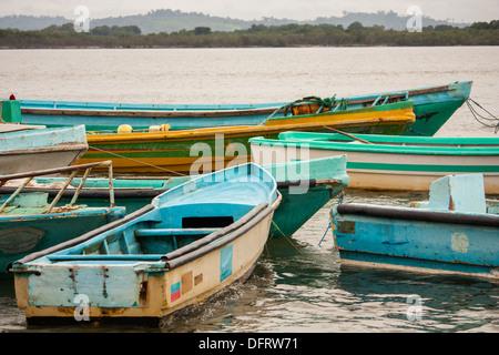 Bunte Boote schwimmen im Hafen am kleinen Dorf von Cojimies auf der Küste von Ecuador am Ende des Tages. - Stockfoto