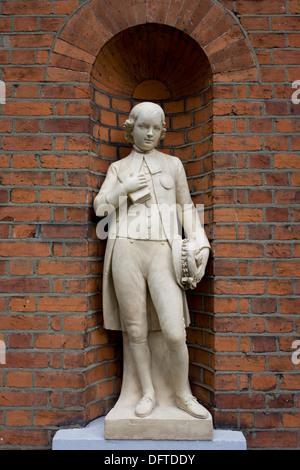 Statue eines jungen außerhalb St Botolph Kirchgemeindehaus. Ursprünglich steht ein Kleinkinder Schule St Botolph - Stockfoto
