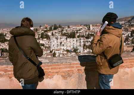 Albaicín Viertel aus der Alcazaba, Touristen mit Audioguide, Alhambra, Granada, Region von Andalusien, Spanien, - Stockfoto