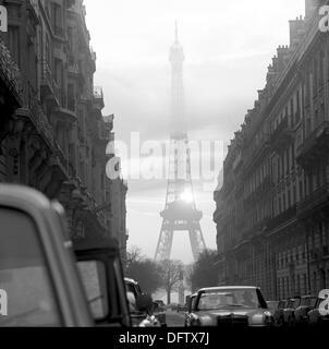 Blick auf den Eiffelturm hinter Wolken in Paris, Frankreich, im November 1970. Der Turm ist das Wahrzeichen der - Stockfoto