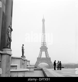 Blick auf den Eiffelturm von Place de Trocadero in Paris, Frankreich, im November 1970. Der Turm ist das Wahrzeichen - Stockfoto
