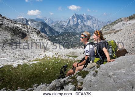 Junges Paar Wandern in Klippen, Nationalpark Berchtesgaden, Berchtesgadener Land, Bayern, Deutschland - Stockfoto
