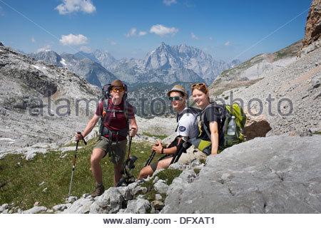 Familie Wandern in Klippen, Nationalpark Berchtesgaden, Berchtesgadener Land, Bayern, Deutschland - Stockfoto