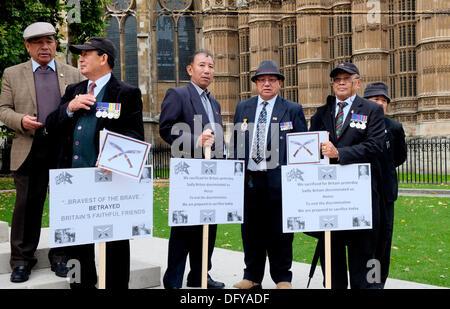 Houses of Parliament, London, UK. 10. Oktober 2013. Gurkhas protest gegen anhaltende Ungleichheiten in der Unterstützung - Stockfoto