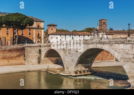 Sehen Sie die Brücke Ponte Cestio, Isola Tiberina und zur Basilika des Hl. Bartholomäus auf der Insel, Rom, Latium, - Stockfoto