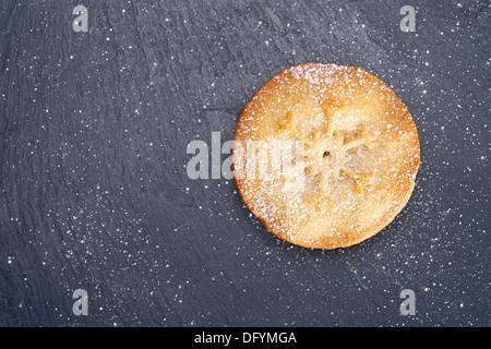 Süße Weihnachten Mince Pie auf einer Tafel Kühlung Board. - Stockfoto