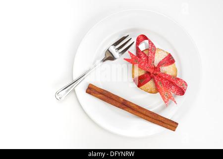 Süße Weihnachten Hackfleisch Zimt Pieand Stick mit einem roten Band gebunden um ihn auf einem weißen Teller und - Stockfoto