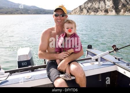 Niedlichen Kleinkind Mädchen auf einem Boot mit ihrem Vater. - Stockfoto