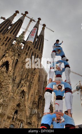 """Die Castellers de Poble Sek. """"Castellers"""" menschliche Turm, eine katalanische Tradition zu bauen. Barcelona, Spanien - Stockfoto"""