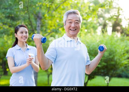 Senior woman Training mit Hantel in Pflegeheim - Stockfoto